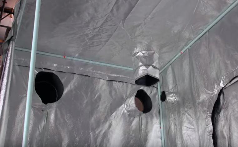 Salidas e extraccion en el armario de cultivo, para sacar todo el aire del interior.