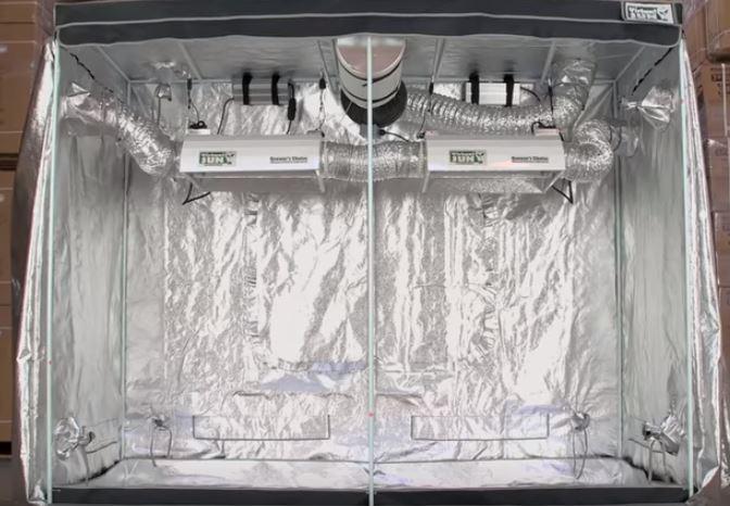 Un armario de cultivo terminado, donde se puede observar con detalle las paredes reflectantes, que reflejan la luz del interior.